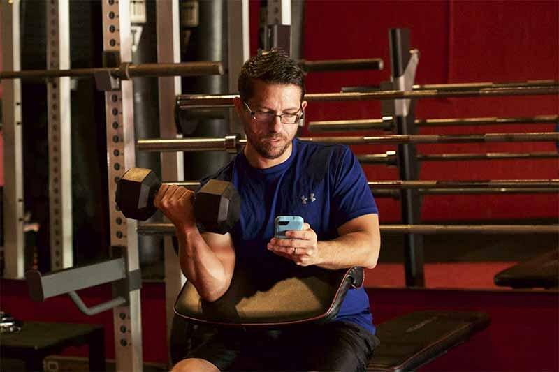 Spor salonlarında telefonla uzun süre vakit geçirmeyin.