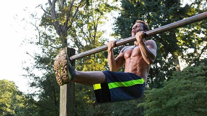 Havada asılı pozisyondayken bacaklarınızı yukarıya doğru kaldırın.